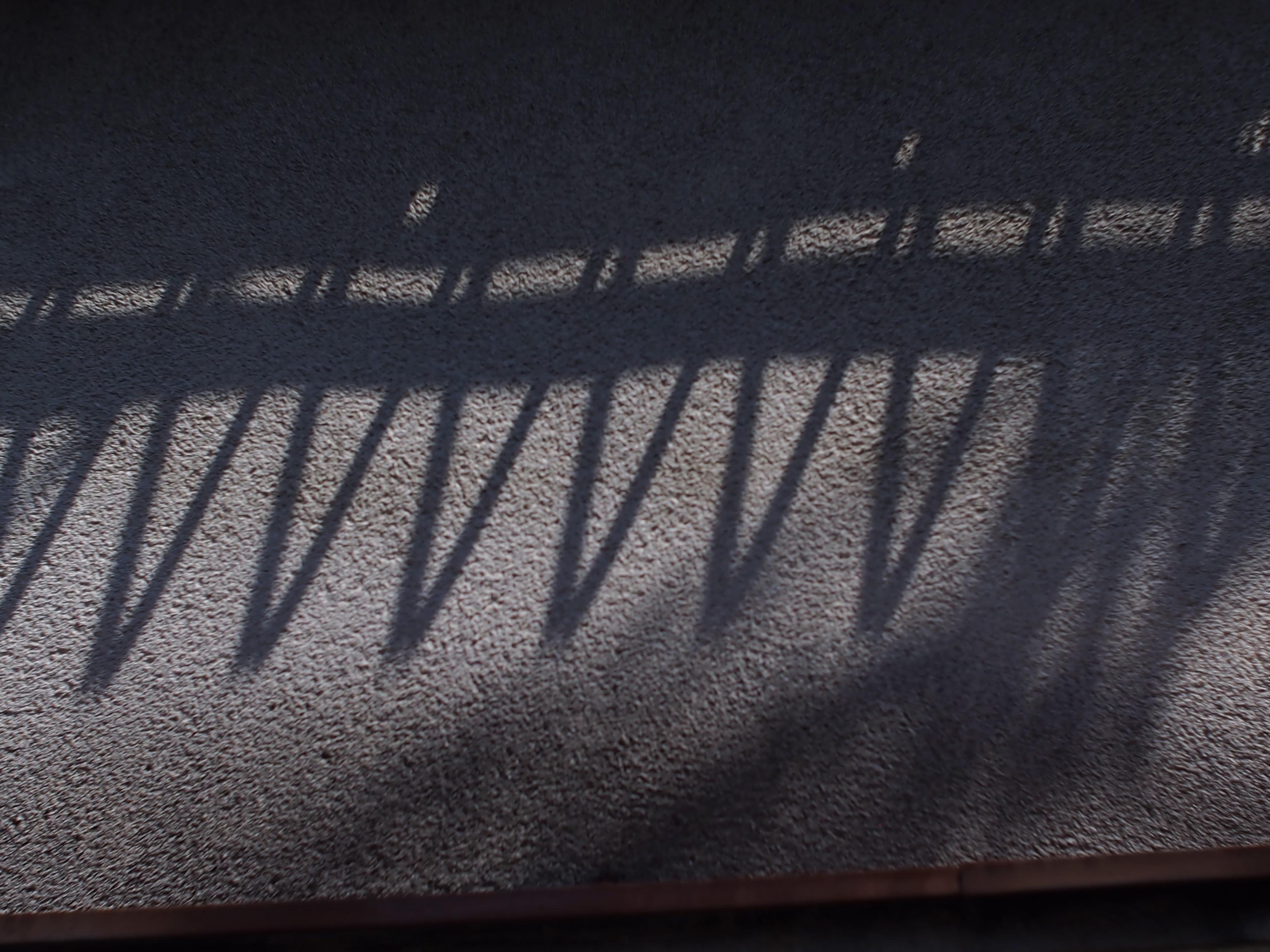 昭和の家 ギザギザの影.jpg